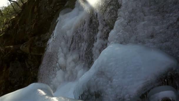Panoramatický pohled úžasný výhled na vodopád. vodopády na pozadí. zdroj vody. Zimní voda. čisté nedotčené