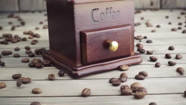 Gießen Kaffeebohnen in Holz Vintage Mühle, Slow-motion
