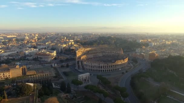 Létání nad Colosseum, Řím, Itálie. Letecký pohled od antického Kolosea na východ slunce