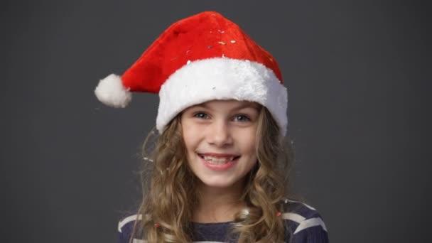 aus nächster Nähe niedliches kleines Mädchen mit Weihnachtsmütze lächelnd