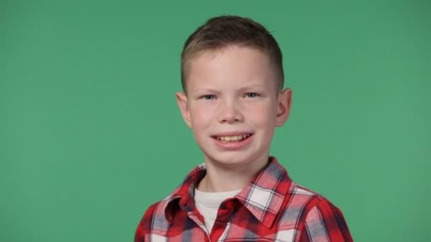 Detailní záběr roztomilé litle chlapce s úsměvem