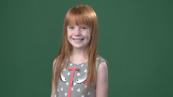 roztomilá zázvor dívka s úsměvem