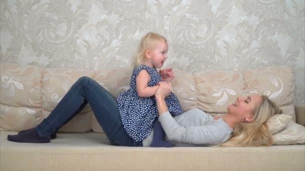 Dítě si hraje s matkou