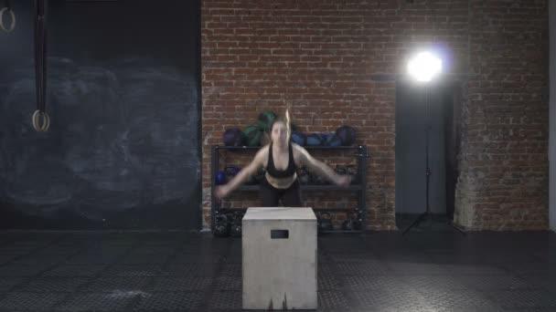 fitness žena dělá box skoky