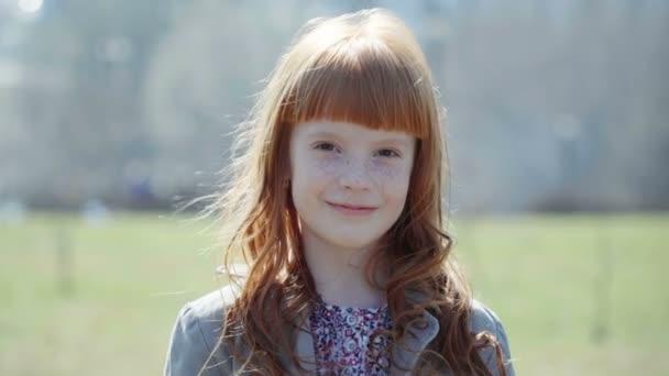 szeplőkkel mosolyogva gyömbér kislány