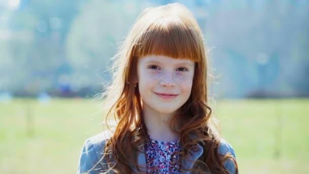 zázvor holčička s pihy s úsměvem