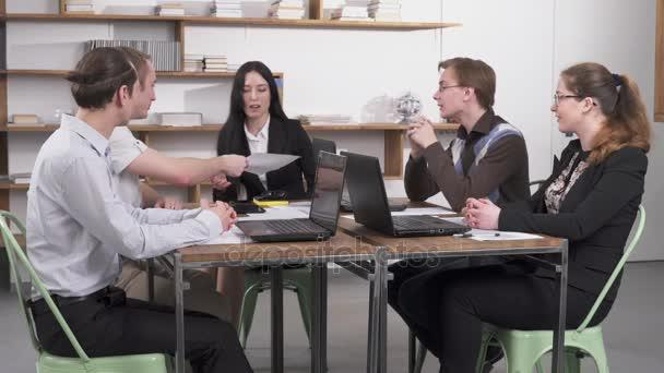 obchodní jednání v kanceláři