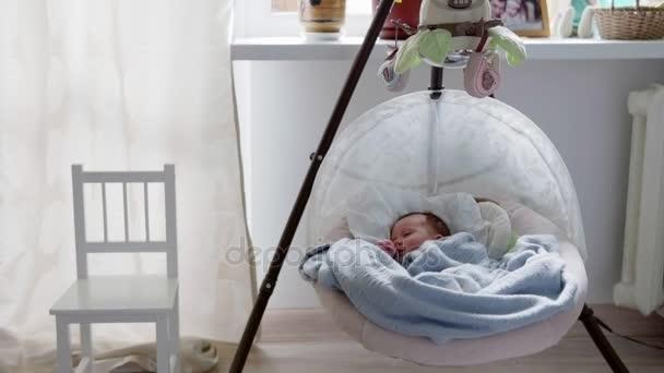 miminko spí v houpání kolébky