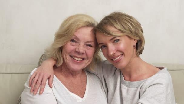 Tochter und Mutter lächeln und umarmen