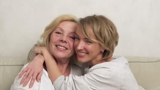 Tochter Mutter umarmt und lächelt