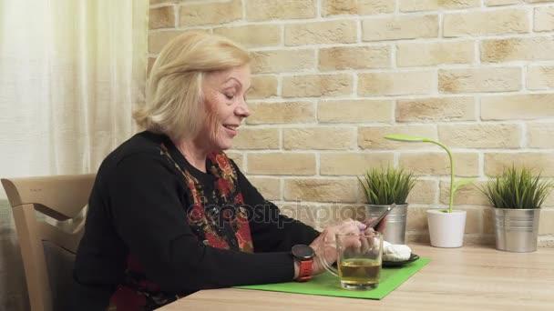 glückliche alte Frau mit Smartphone