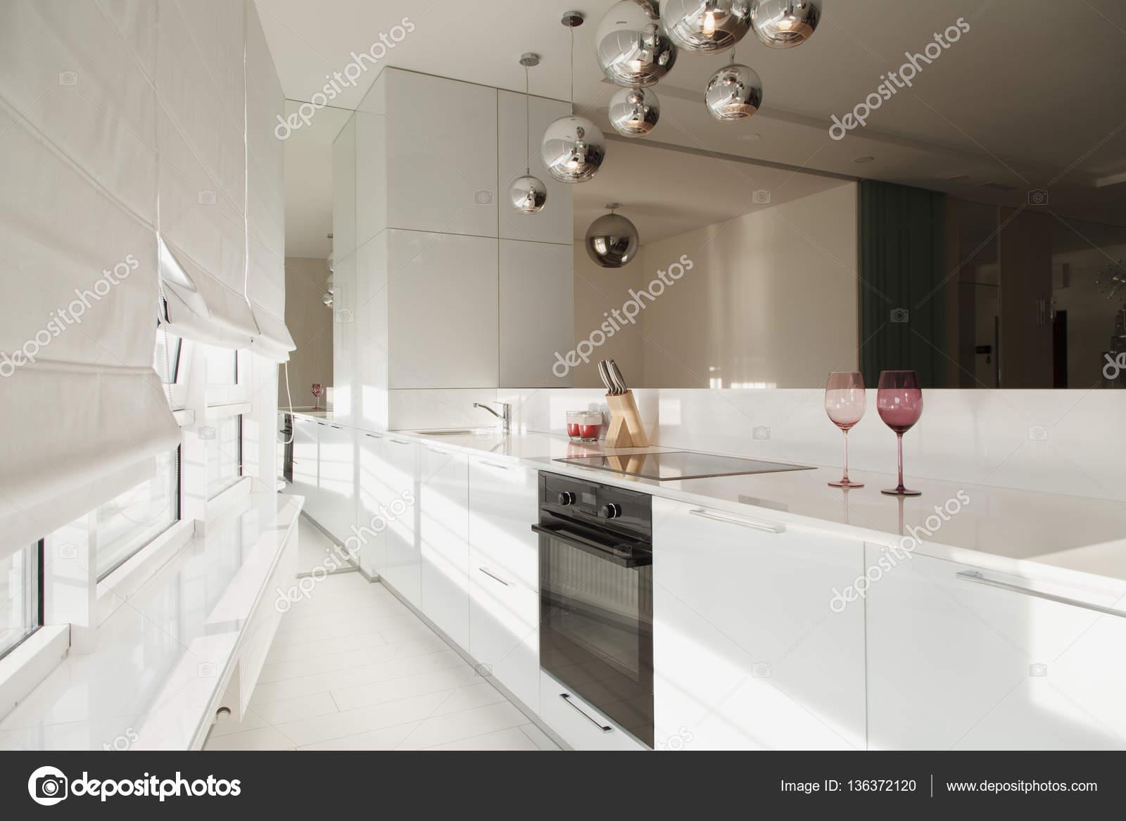 Moderne küchendesign in einem penthouse u stockfoto yuryrumovsky