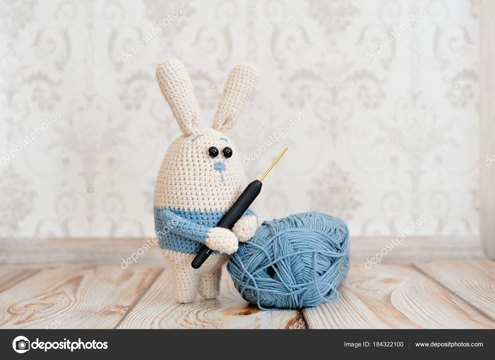 Juguete de amigurumi. Conejo — Fotos de Stock © oracul #184322100