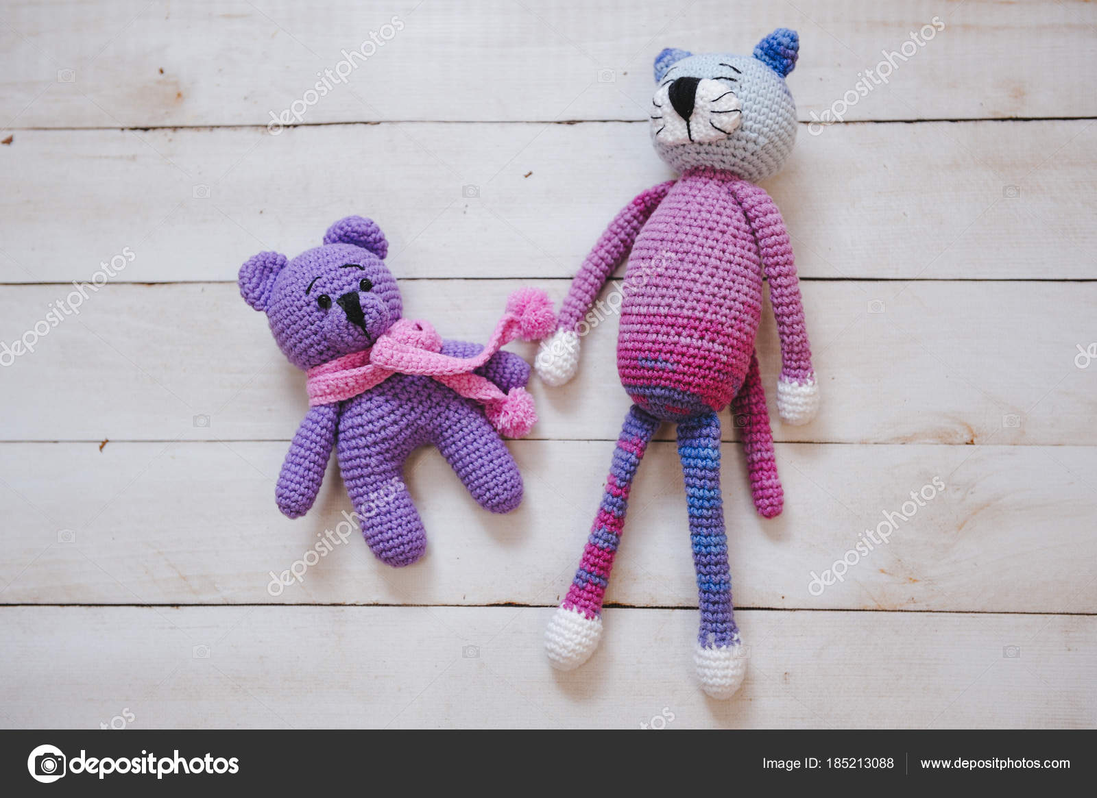 Juguetes de amigurumi. Osito de peluche y gato — Foto editorial de ...