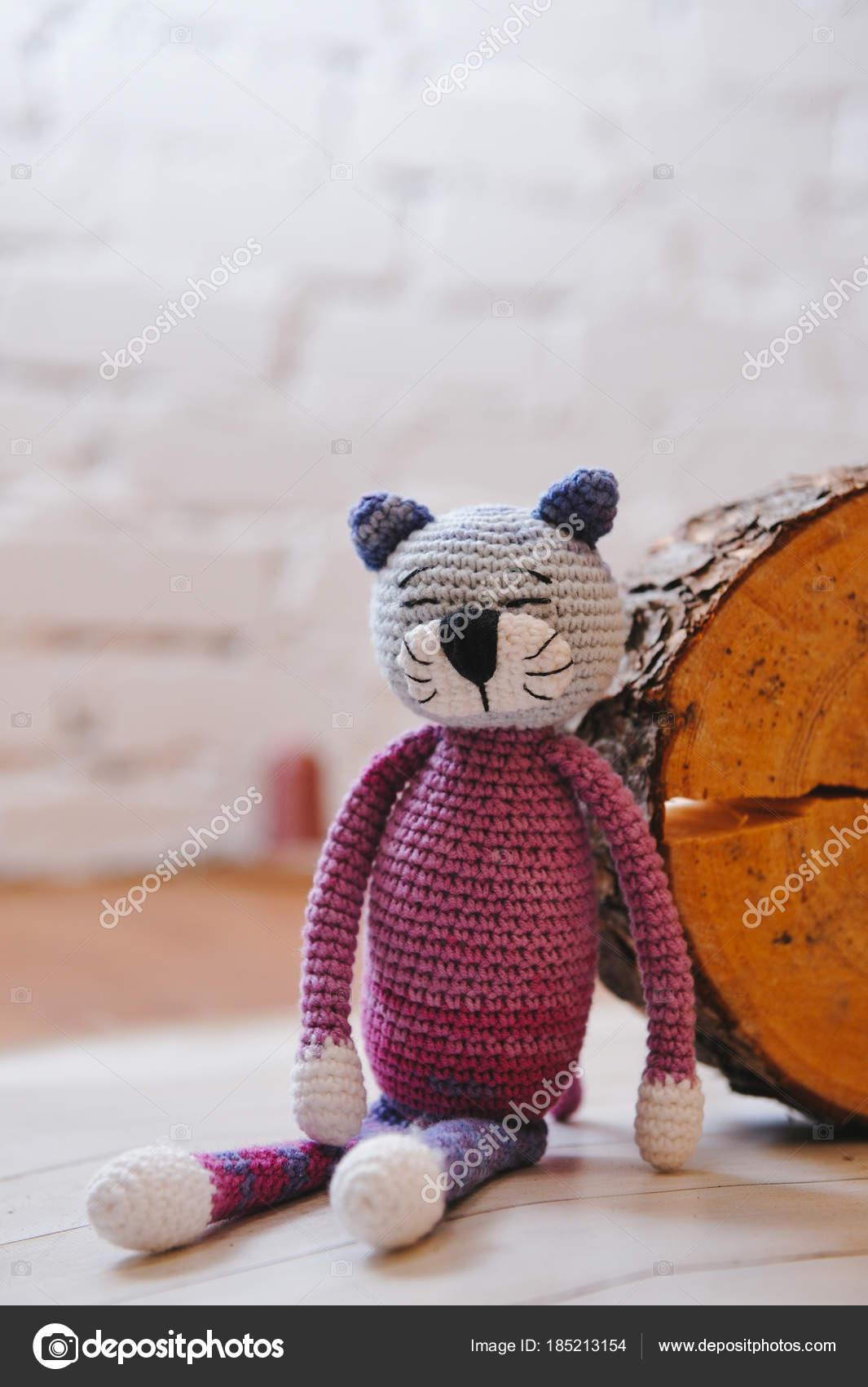 Juguete de amigurumi. Gato — Foto editorial de stock © oracul #185213154