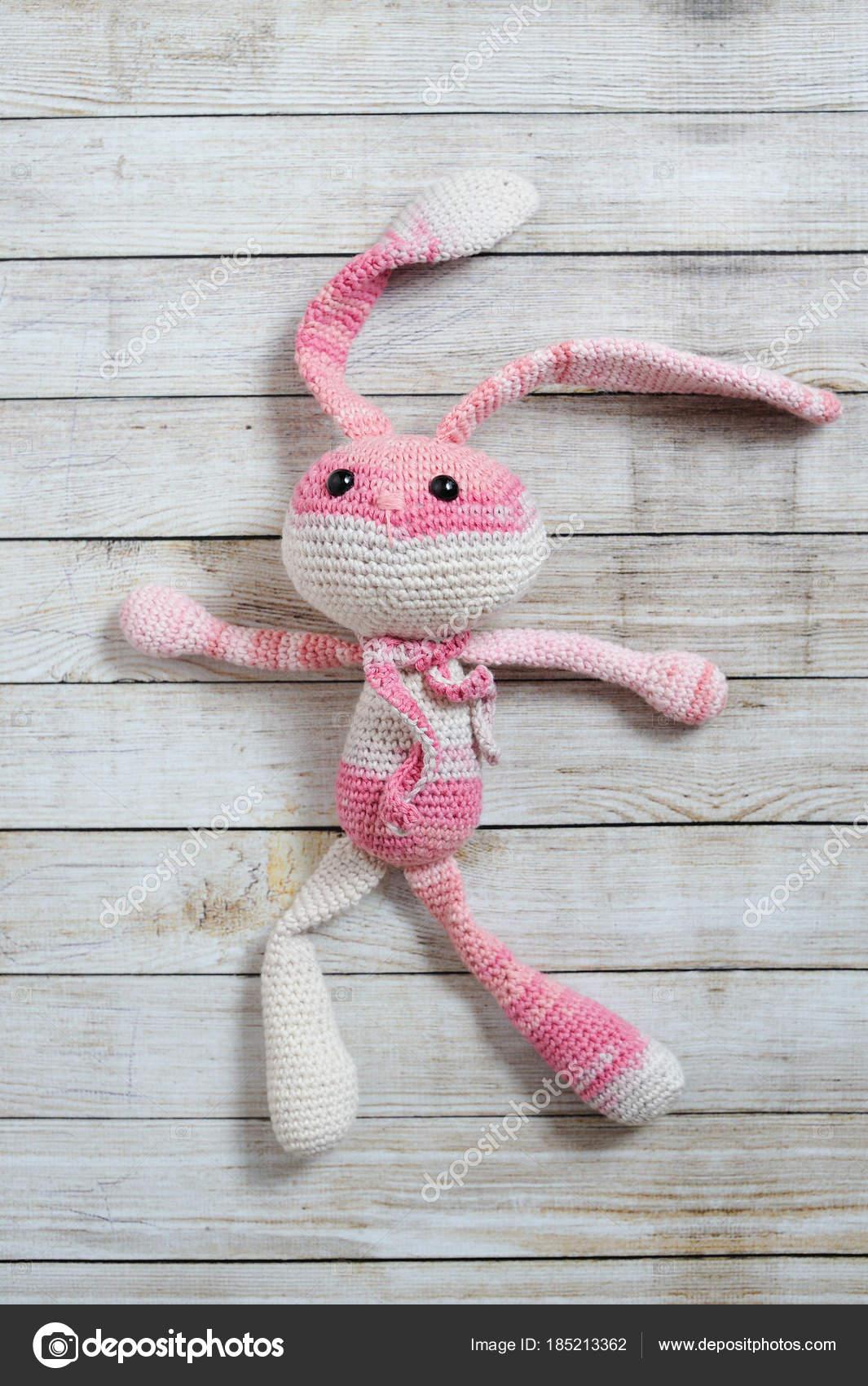Juguete de amigurumi. Conejo — Foto editorial de stock © oracul ...