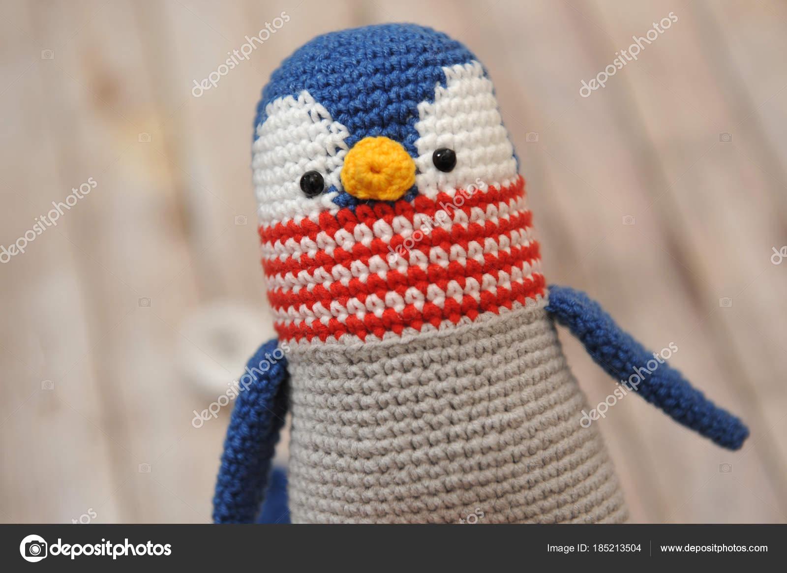 Juguete de amigurumi. Pingüino de — Foto editorial de stock © oracul ...