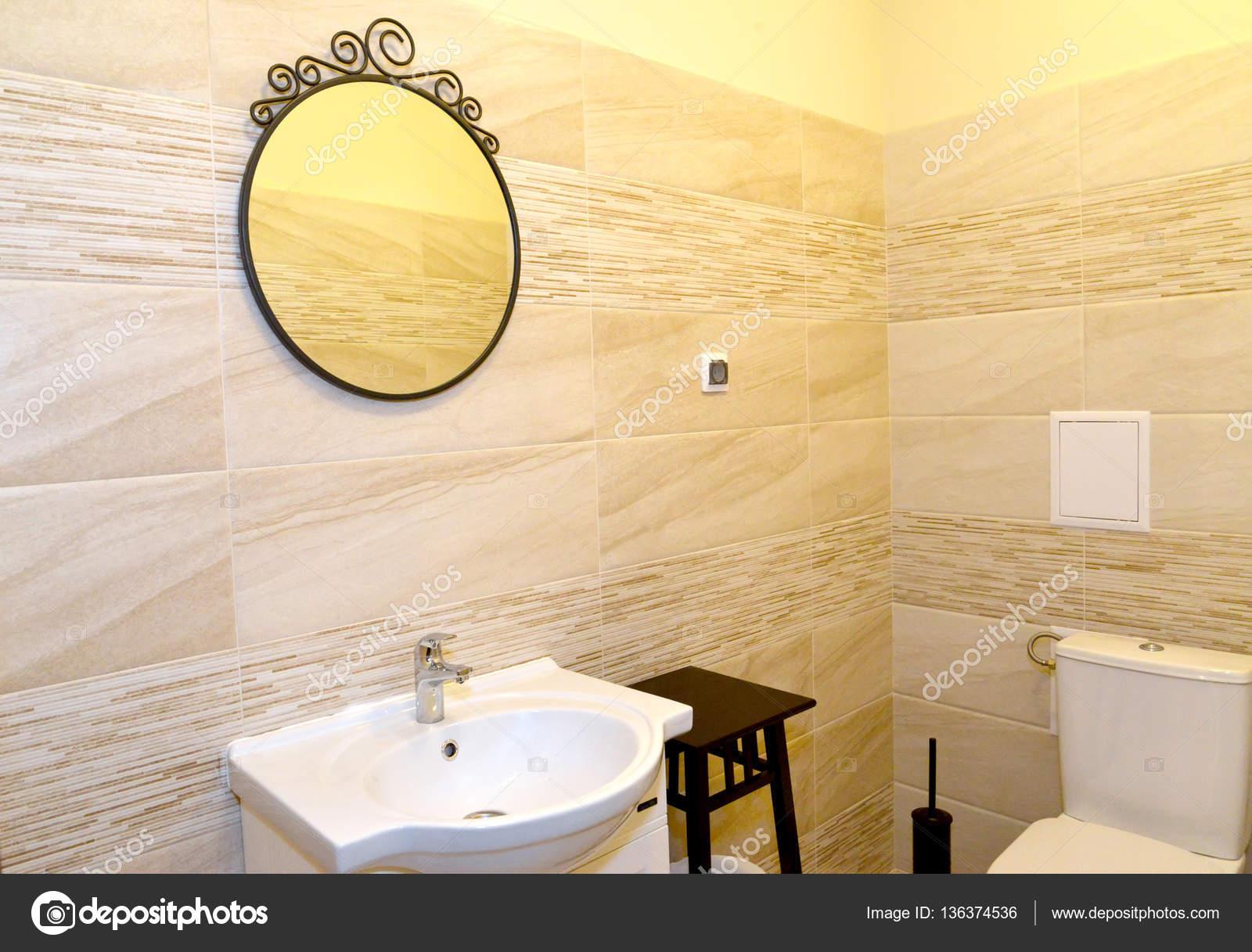 Lustro Na ścianie łazienki Wnętrze Zdjęcie Stockowe