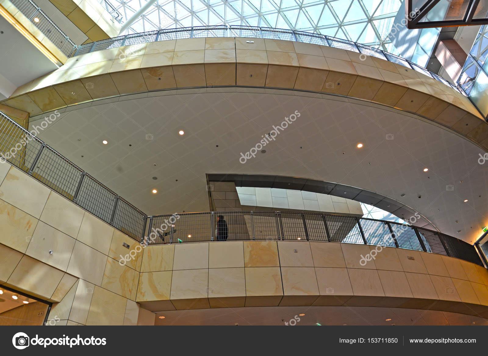 Varsavia, Polonia - 28 agosto 2014: Interno del centro commerciale ...