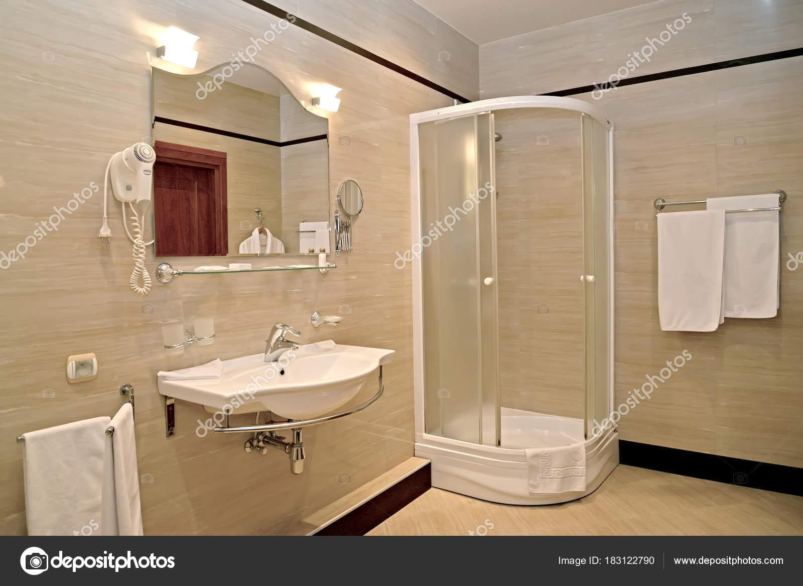 Sala Da Bagno Con Doccia.Interiore Della Stanza Da Bagno Con Una Cabina Doccia E Un