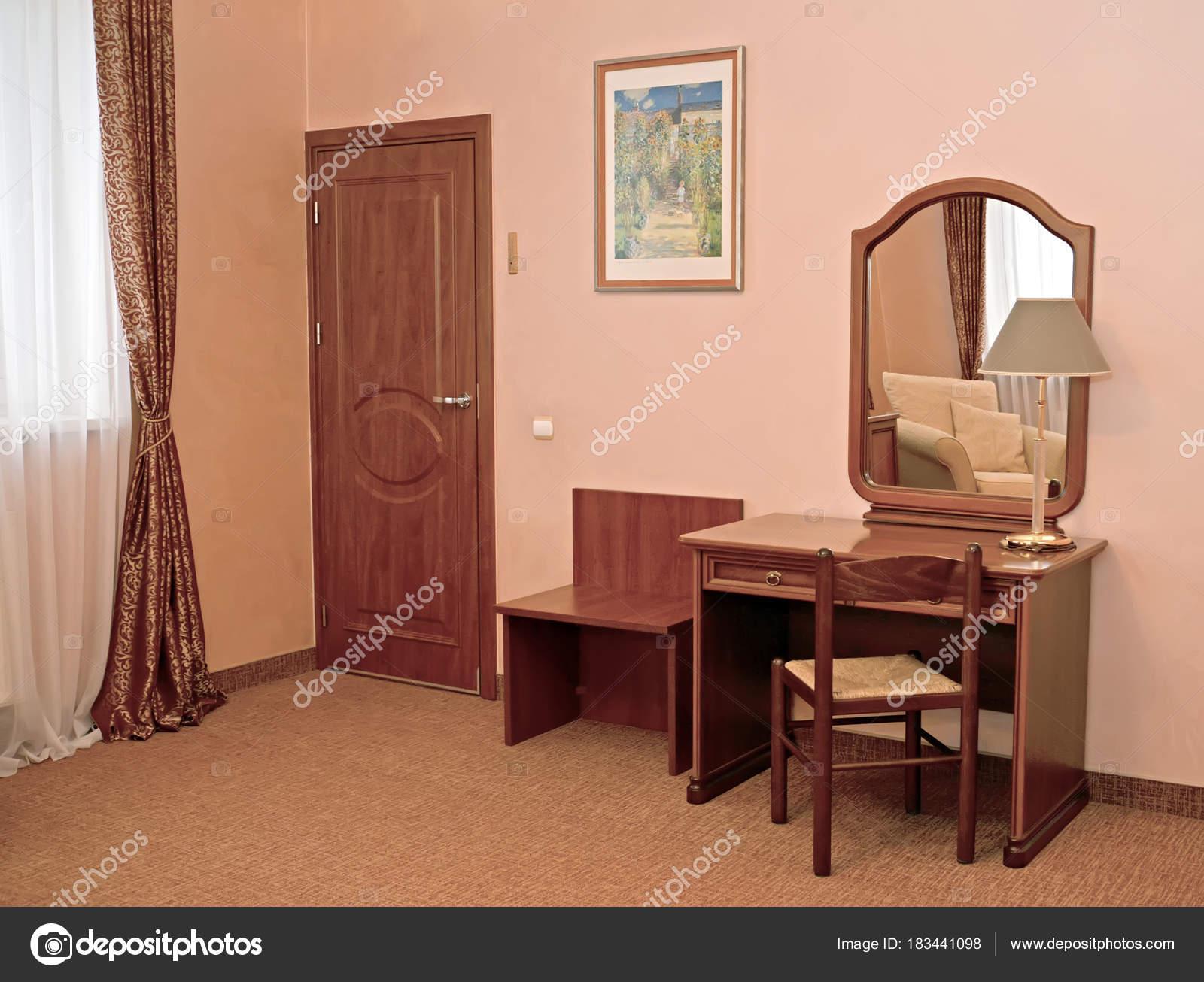 Un fragment d un intérieur de la chambre d hôtel avec un miroir