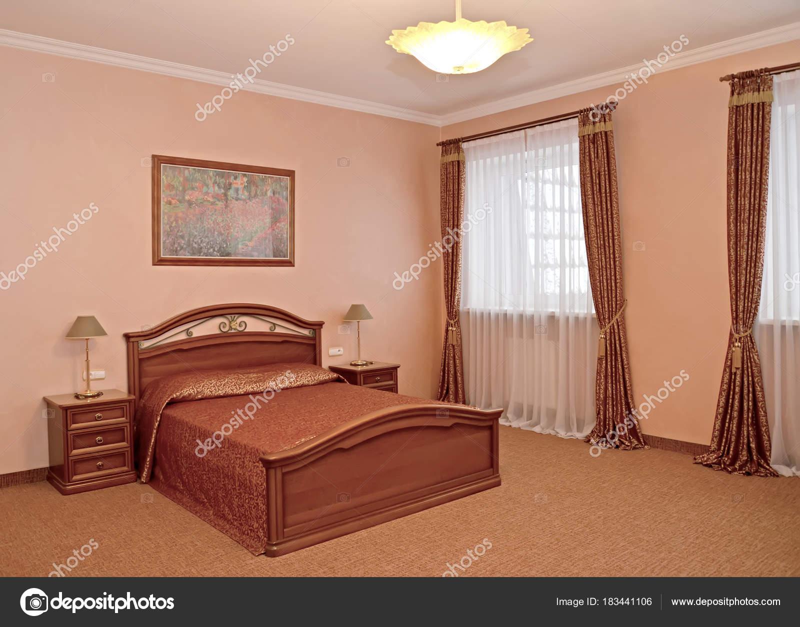 Un interiore di camera da letto in stile classico — Foto Stock ...