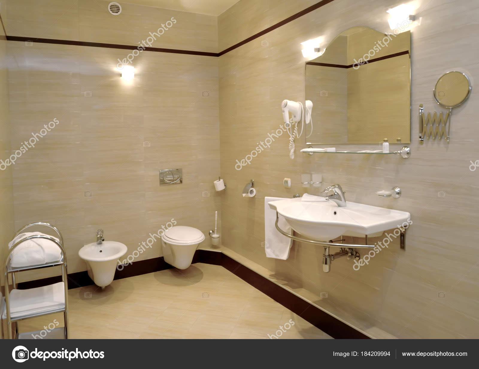 Foto Bagni Chiari : Interno del bagno in toni chiari u2014 foto stock © vodolej #184209994