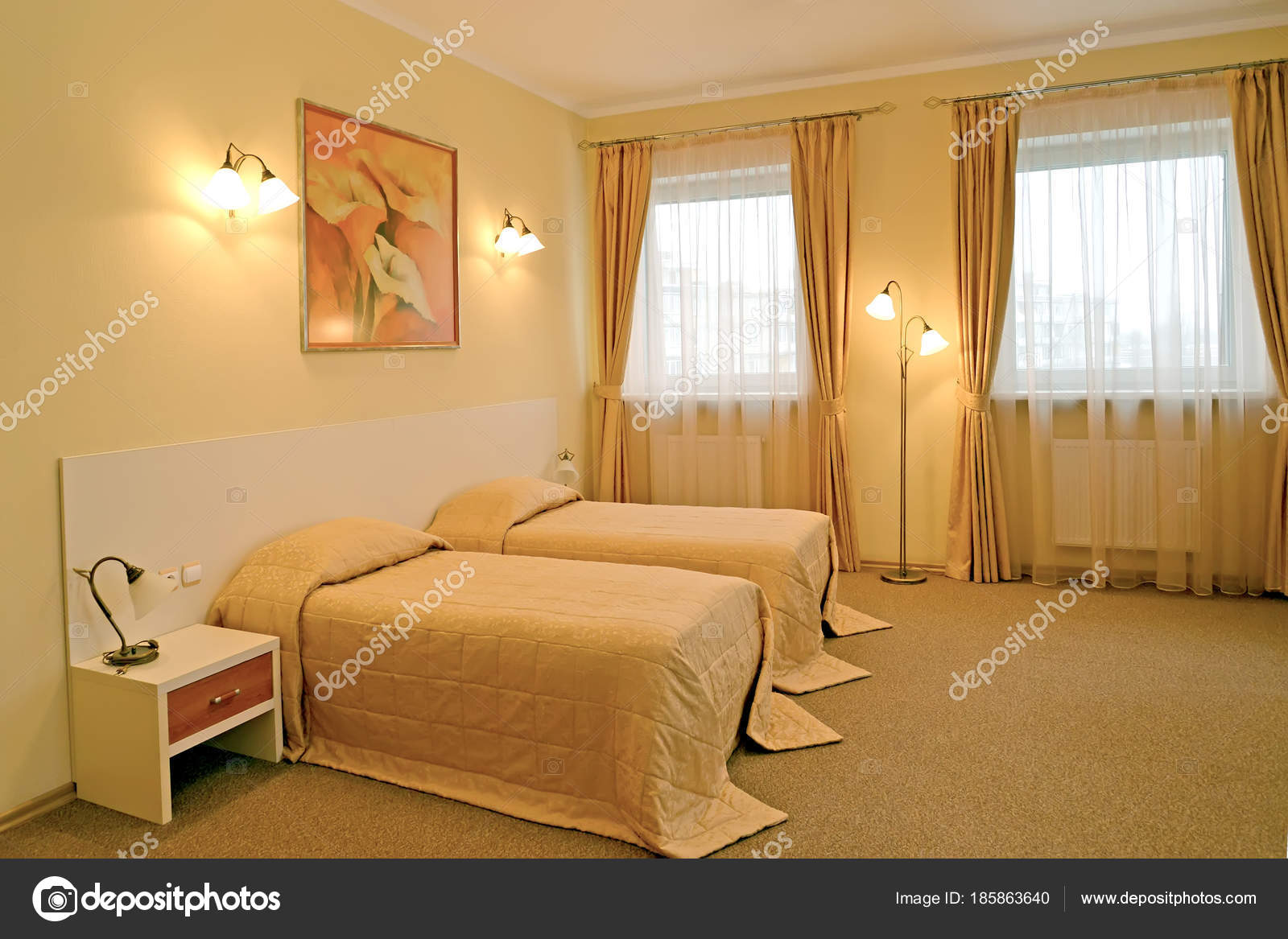 La classica camera da letto con due letti in colori caldi — Foto ...