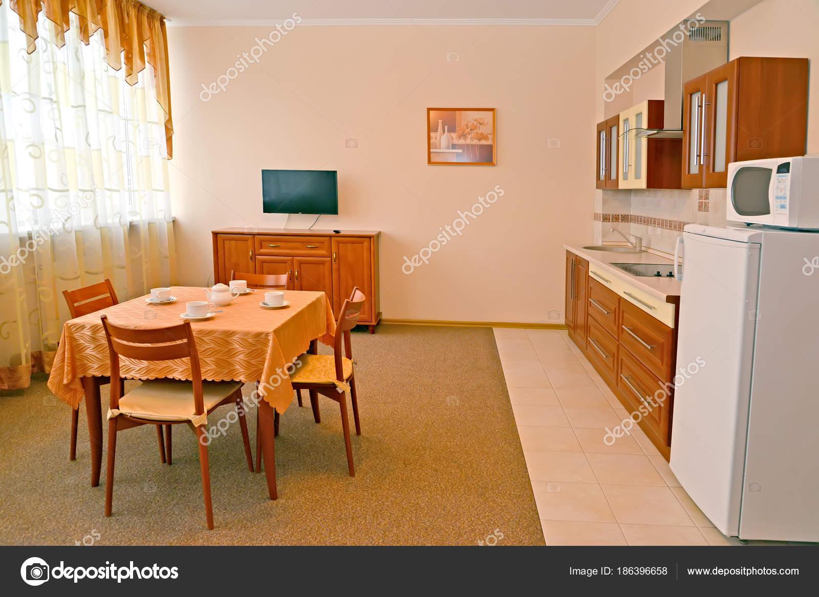 Cuisine dans la chambre d\'hôtel. Un intérieur aux couleurs chaudes ...