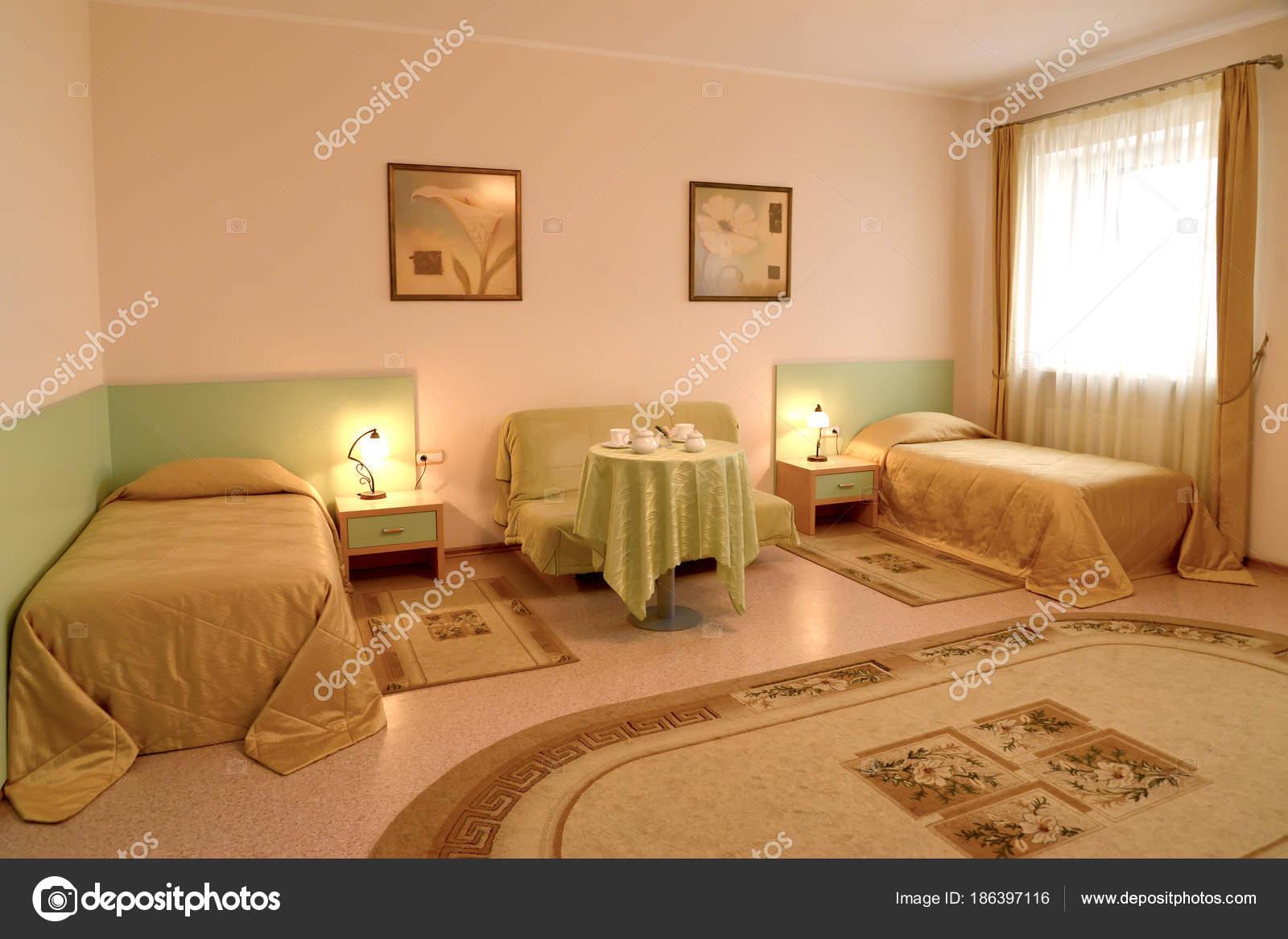 Das Schlafzimmer mit zwei Betten und ein Sofa im klassischen Stil ...