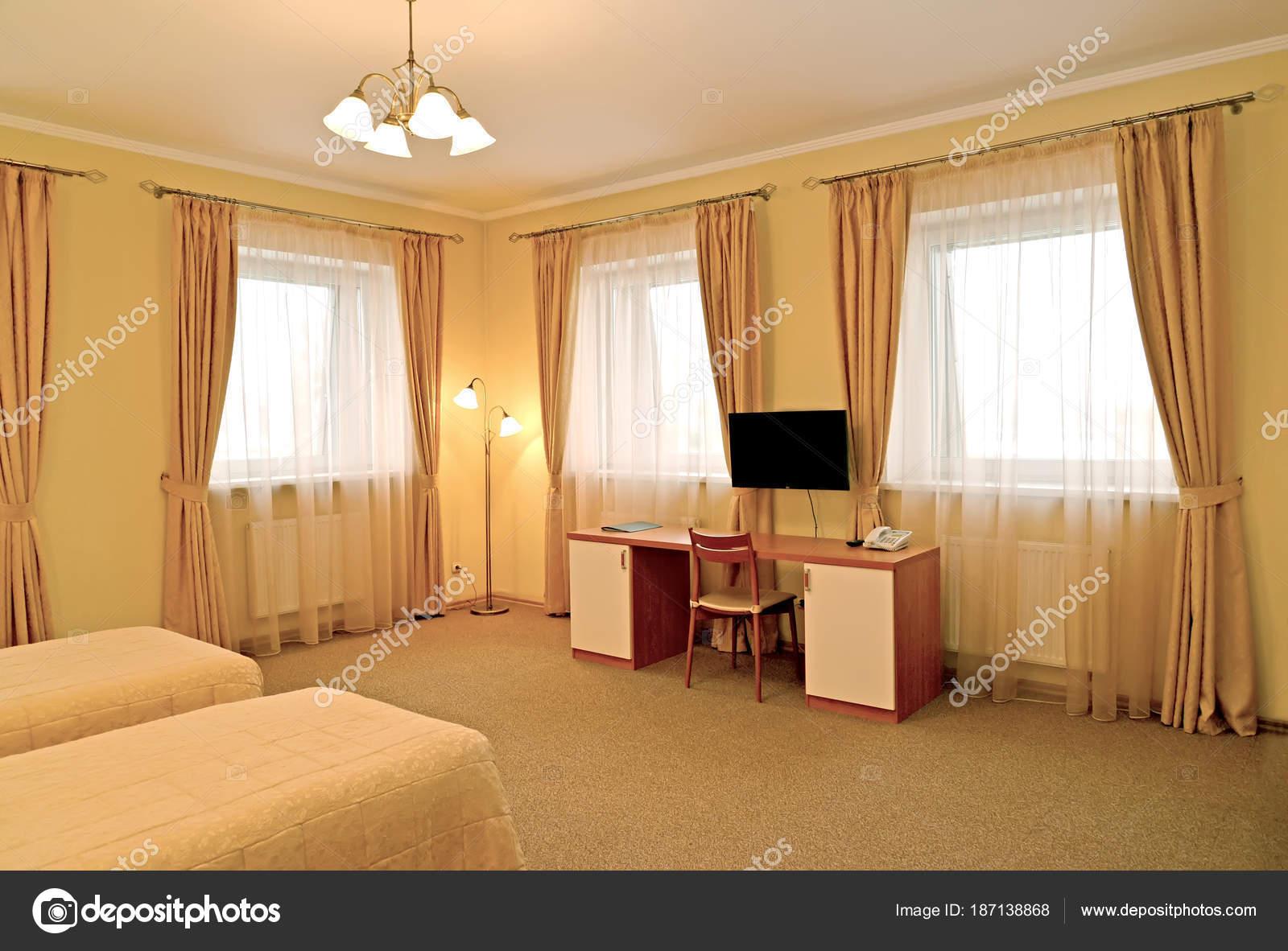 Interieur van de hotelkamer met een bureau. moderne klassiekers