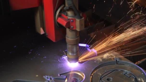 laserové řezání plechu s jiskry