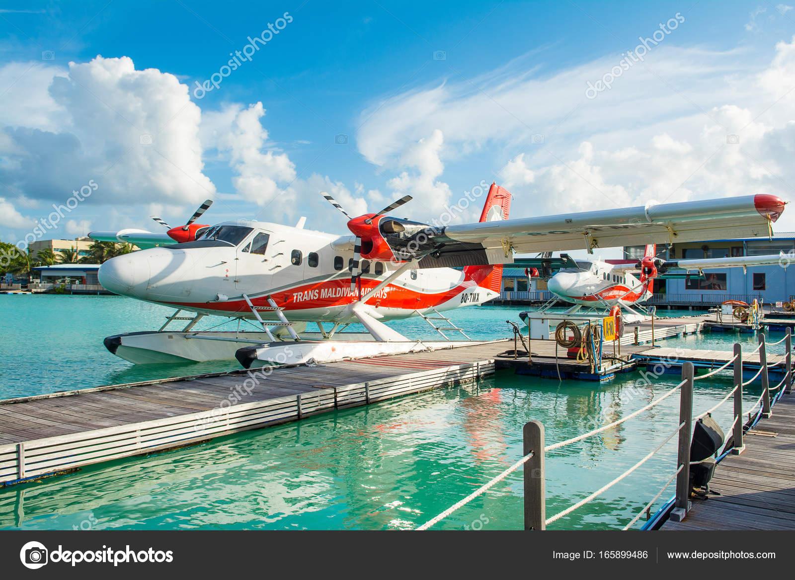 Aeroporto Male Maldive : Malé maldive luglio hydroplane vicino molo legno presso