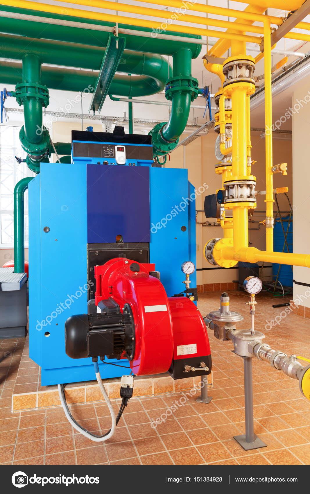 Gas-Heizkessel mit Brenner, Steuerung, Rohre und Pumpe — Stockfoto ...