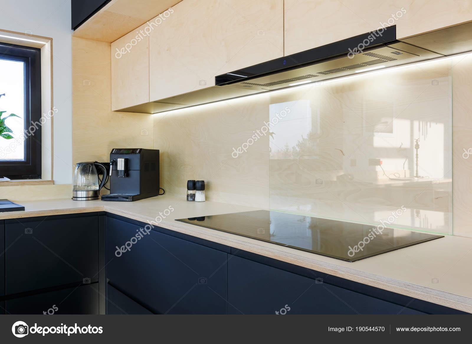 cucina in legno con piano cottura elettrico e cappa — Foto Stock ...