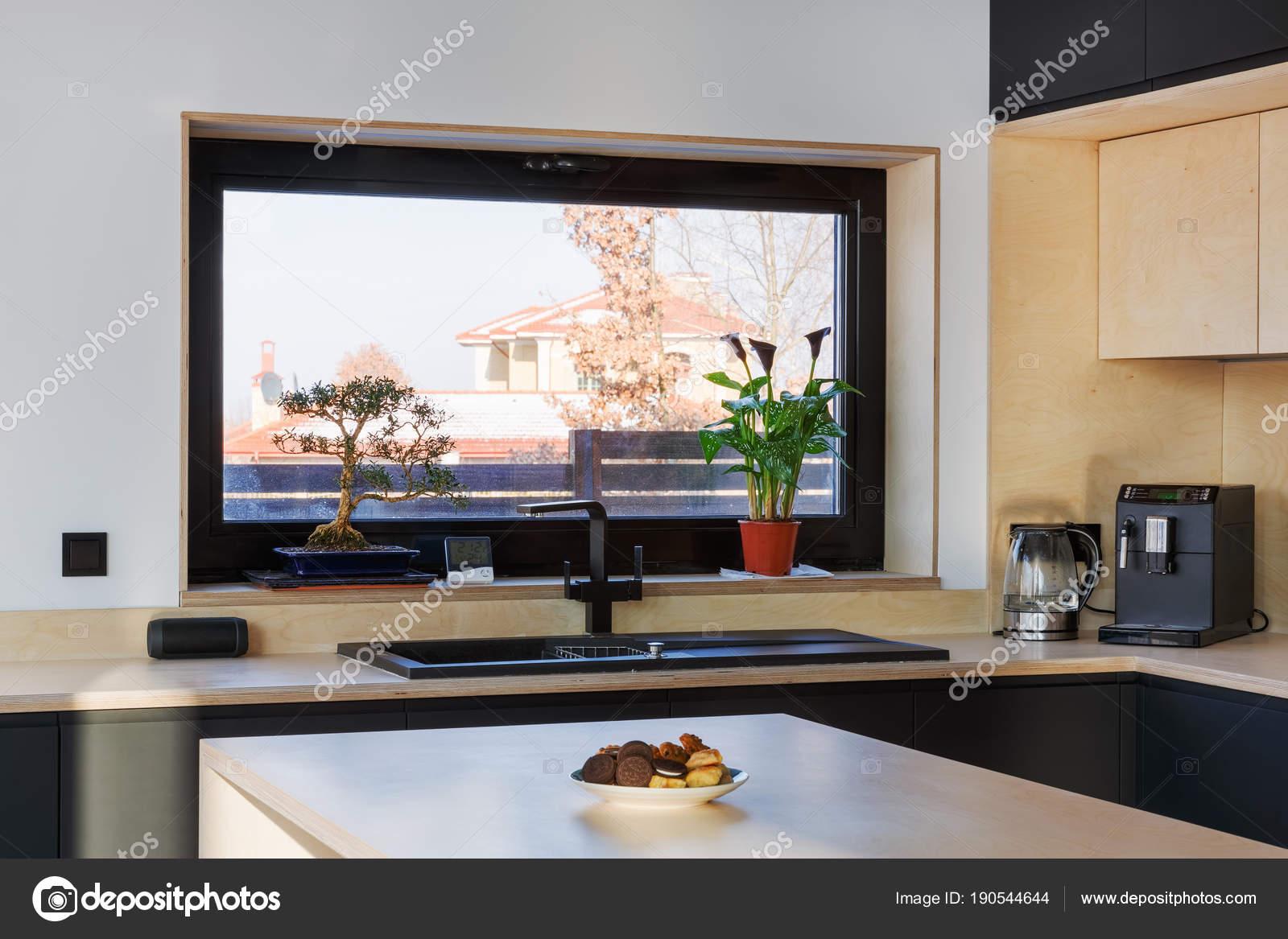interiore della cucina con una grande finestra e una vista della ...
