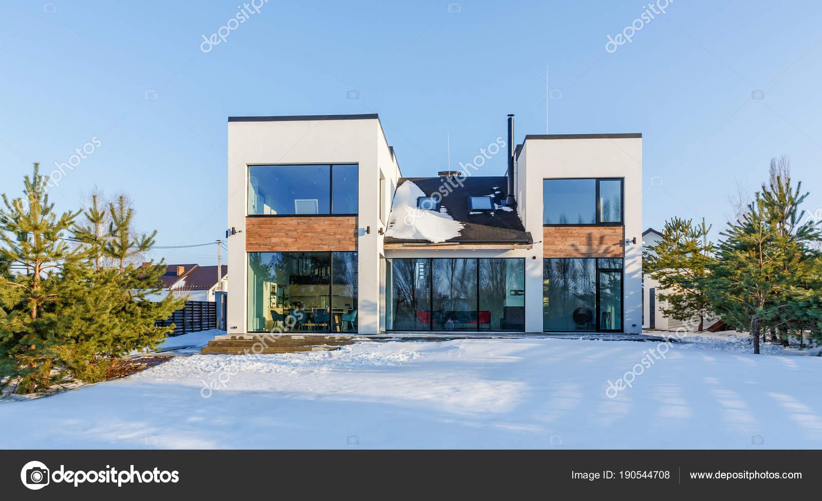 Une Maison Moderne Avec De Grandes Fenêtres Panoramiques Dans Le Fond De U2014  Photo