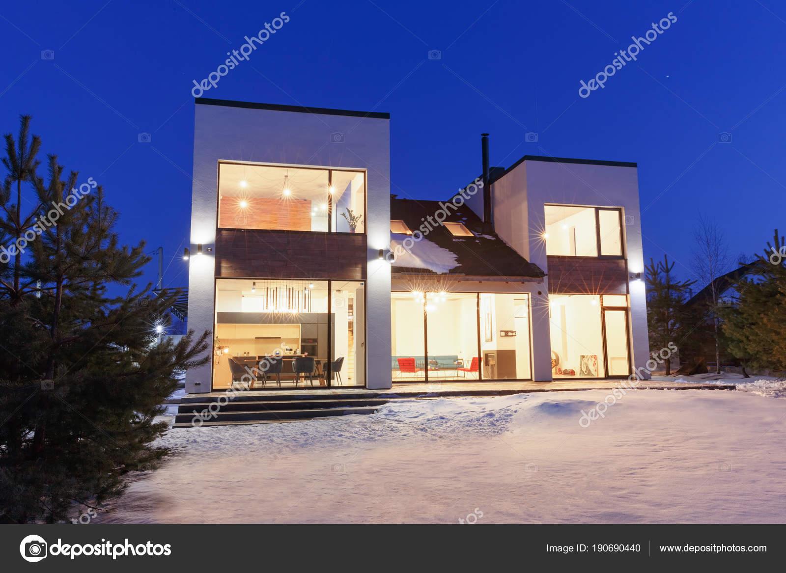 Privé huis met panoramische ramen in een moderne stijl op een rug