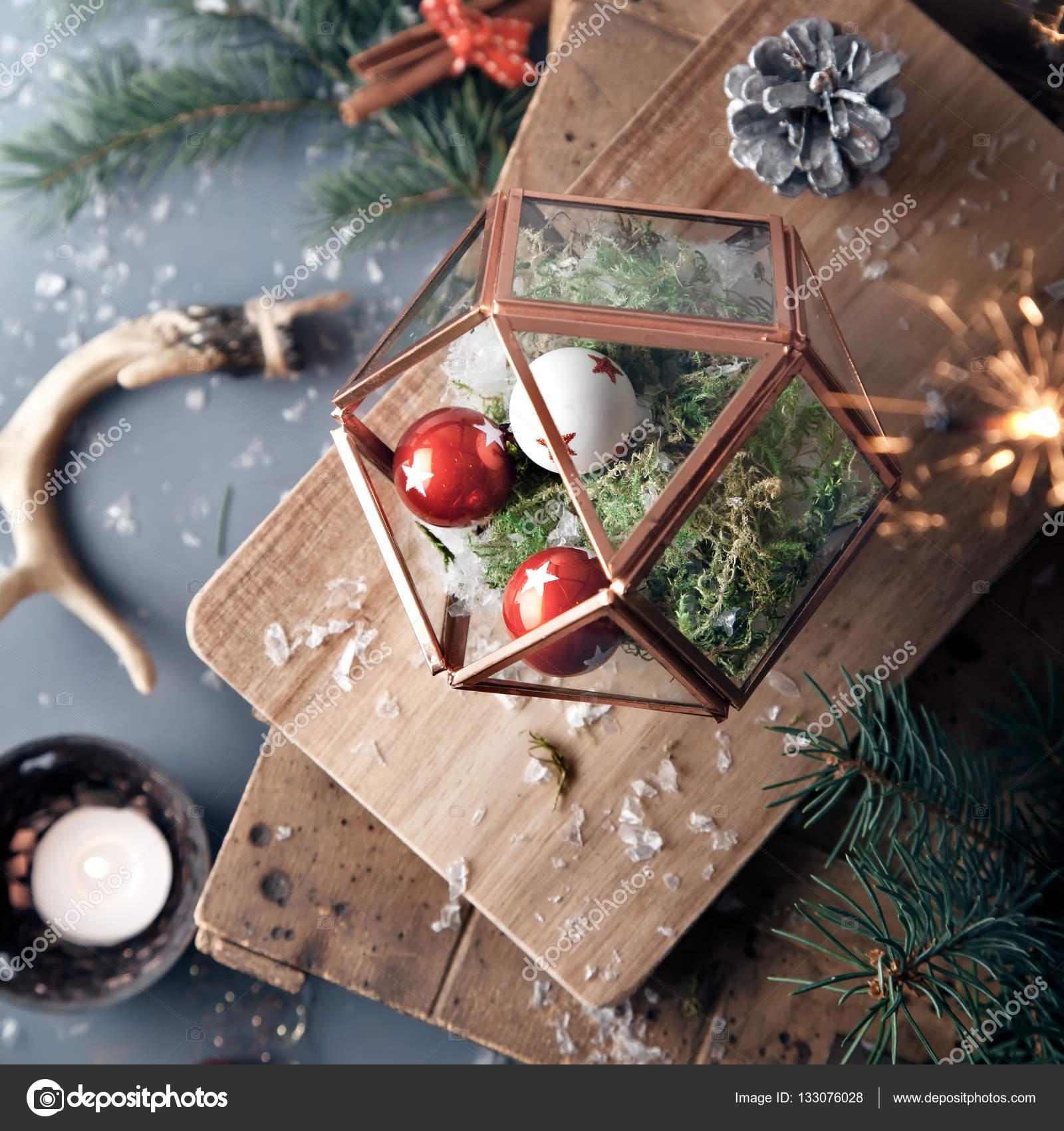Weihnachtsschmuck: rote und weiße Kugeln im Glas Terrarium ...