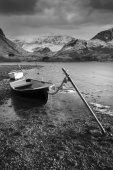 Krásné černé a bílé slunce krajiny obraz lodě kotvící
