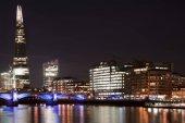 Schöne Landschaftsbild der Skyline von London bei Nacht suchen