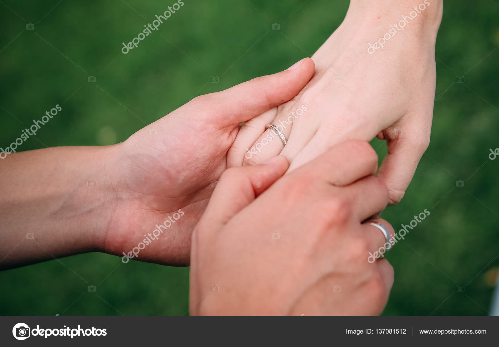 Wedding rings in the hands of men and women — Stock Photo © akovtun ...