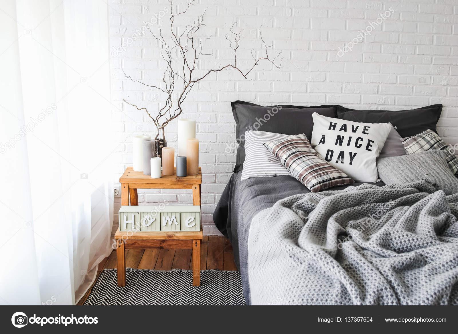 Slaapkamer Kleuren Grijs : Slaapkamer interieur in grijze kleuren u2014 stockfoto © akovtun #137357604