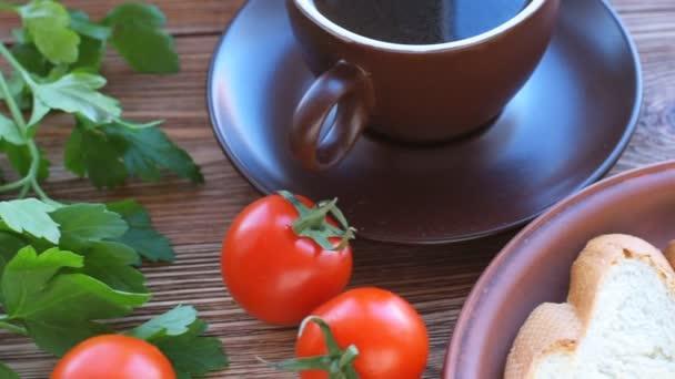 Gebackenen Eiern in Tomaten-Tassen. Frühstück