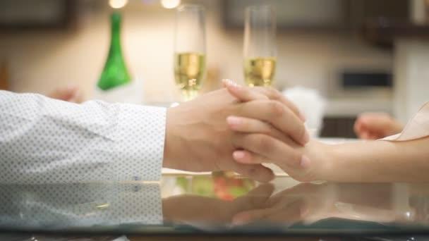 Paar Champagner trinken und Hand in Hand.