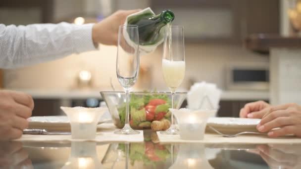 Champagner wird in ein Glas gegossen. Romantisches Konzept.