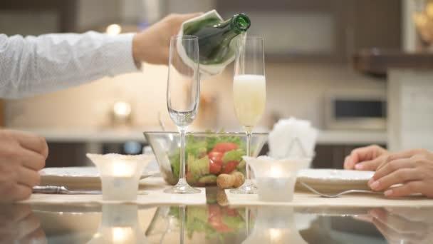 Šampaňské se nalije do sklenice. Romantická koncepce .