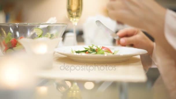 mladá žena jíst salát