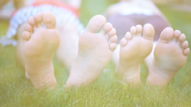Mladý pár, ležící na zelené trávě venku na jaře parku.