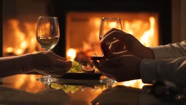 Jeune Couple Ont Un Diner Romantique Avec Vin Sur Fond De Cheminee